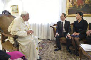 The handout picture released by the Vatican newspaper L'Osservatore Romano shows Pope Francis meeting with founder and CEO of Facebook, Mark Zuckerberg, and his wife, Priscilla Chan, during a private audience at the Vatican, 29 August 2016. ANSA/ L'OSSERVATORE ROMANO +++ HO - NO SALES - EDITORIAL USE ONLY +++